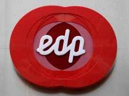 UPDATE 1-Portugal's EDP to sell Iberian power assets, invest $13.5 bln by 2022