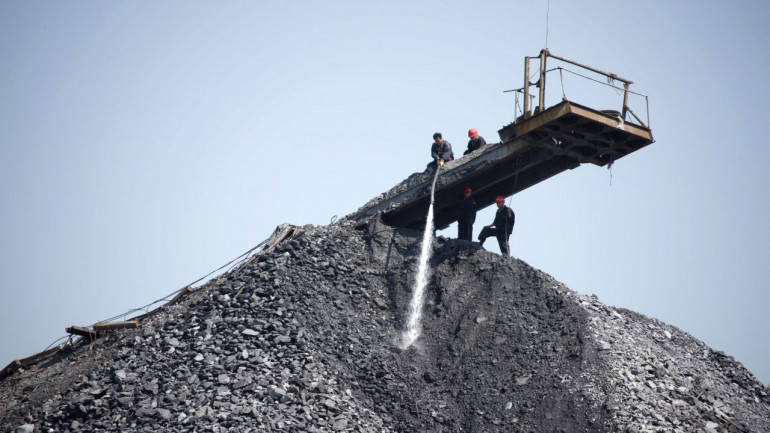 UPDATE 3-China's 2018 coal usage rises 1 pct, but share of energy mix falls