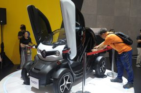 Pengunjung mengamati mobil listrik Twizy yang dipajang pada pameran otomotif Gaikindo Indonesia International