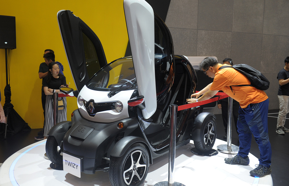 Jokowi Signs Regulation to Boost Development of Electric Cars