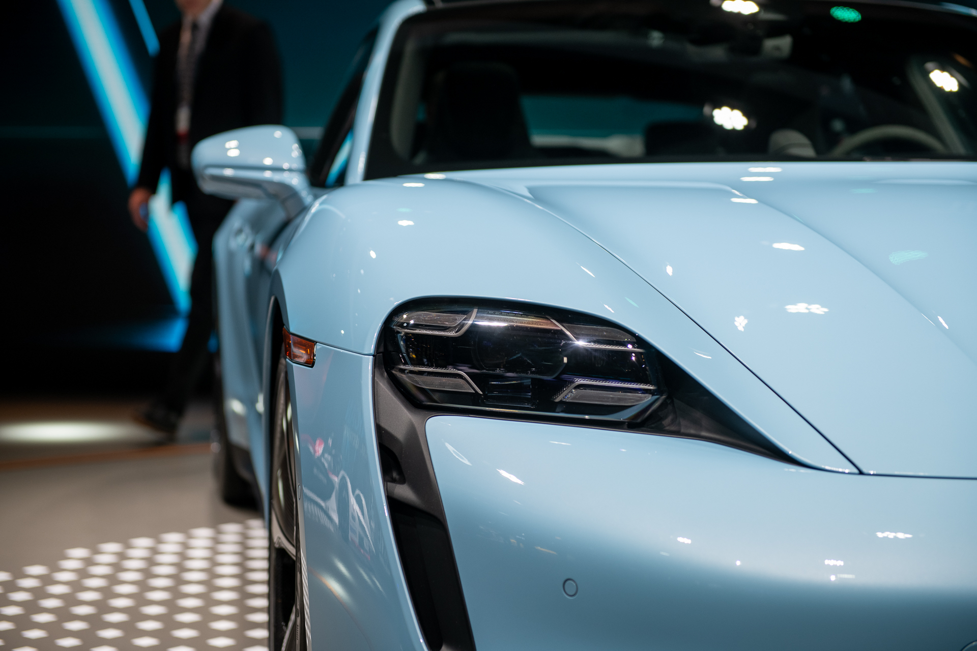 Germany's solar-powered city car, Taycan and Model X crumpled, cheaper EV batteries