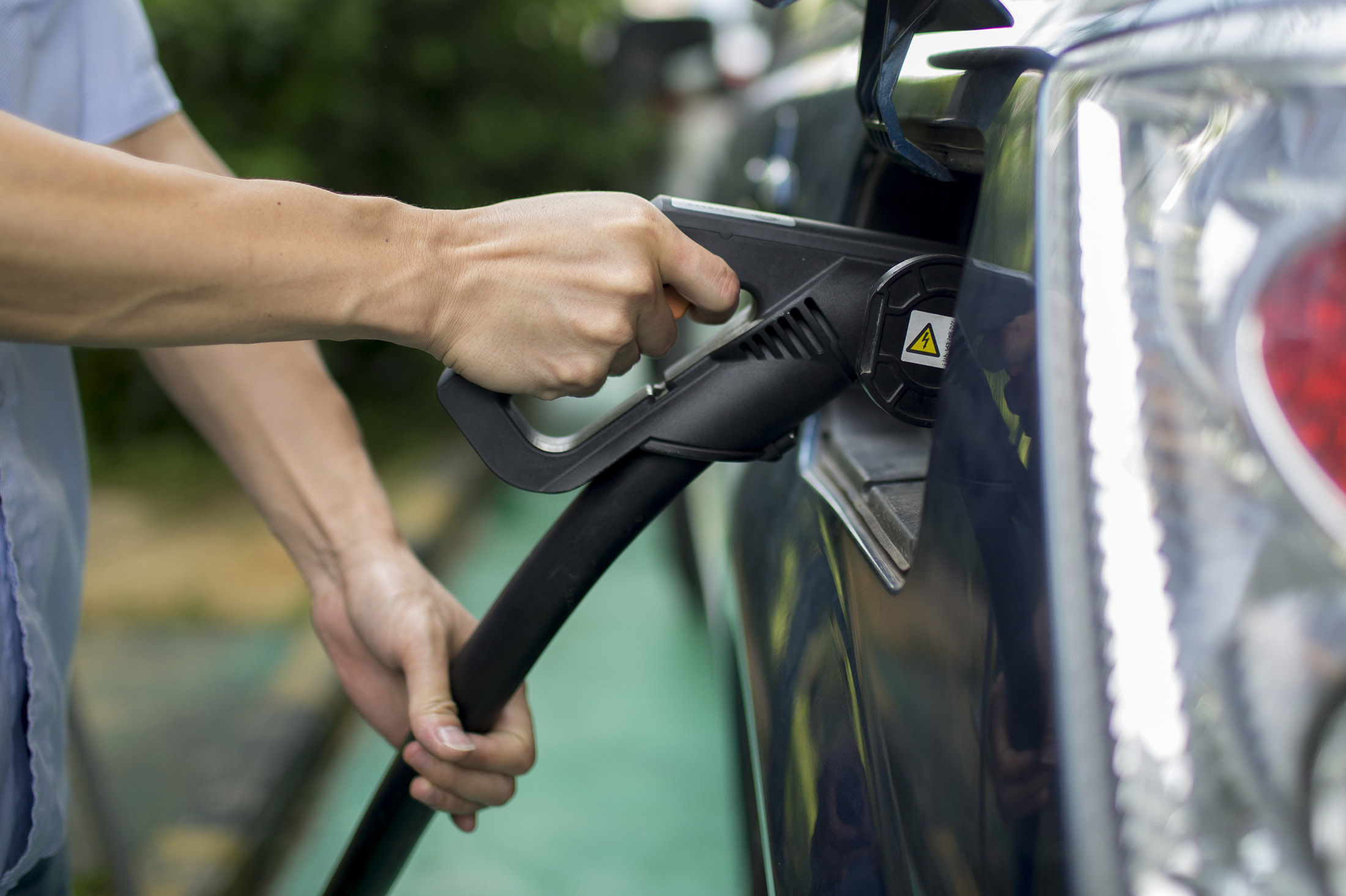 N.J. Governor Signs Bill Giving $5,000 Rebates for Electric Cars