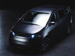 german-startups-solar-electric-car-can-recharge-during-a-sun_15h3