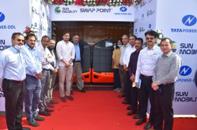 SUN Mobility's SWAP POINTT in partnership with Tata Power DDL,inaugurated by Jasmine Shah, Vice Chairperson of Dialogue and Development Commission Delhi-min