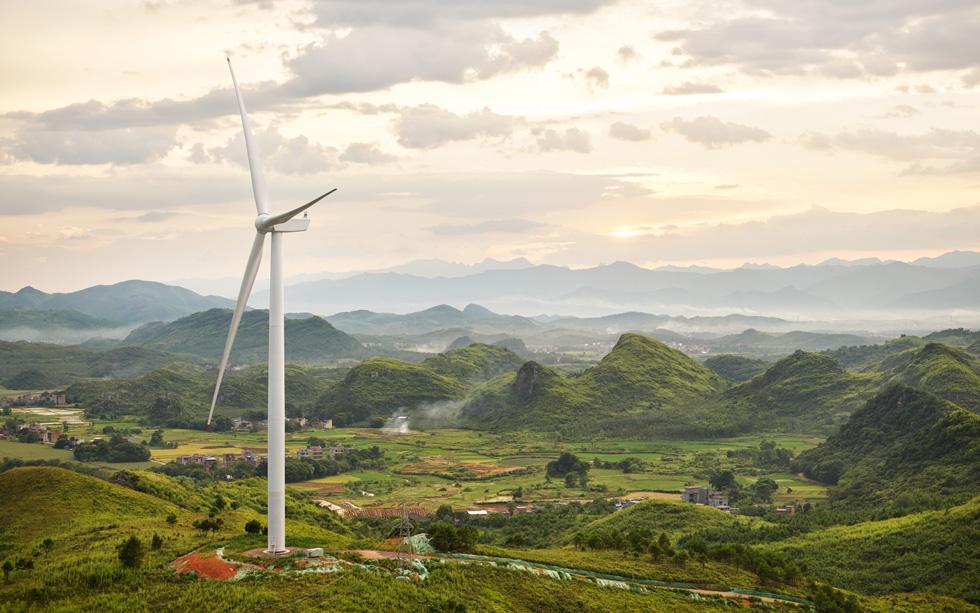 Iberdrola erects 1st turbine at 317-MW solar-wind project in Australia
