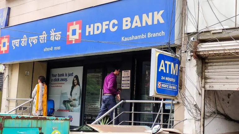 HDFC Bank to Give Loans for EVs, Solar Rooftops as Part of Strategy For Carbon Neutrality